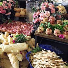 Eu AMO mesa de ilha gastronômica! Uma bela mesa bem farta cheia de delícias para os convidados se servirem à vontade! @buffetmarcelogussoni sempre arrasa os convidados estão amando! by fernandafloret