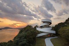"""Construído pelo NAP Architects na Hiroshima, Japan na data 2013. Imagens do Koji Fujii / Nacasa & Partners Inc. Duas espirais tornam-se uma  Esta capela de casamentos está no jardim do resort, """"Bella Vista Sakaigahama"""", em Onomic..."""