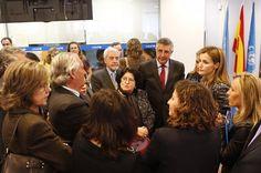 Su Majestad la Reina conversa con asistentes a la reunión del Patronato, a su finalización, en la sede de UNICEF España Sede central de UNICEF España. Madrid, 16.03.2015