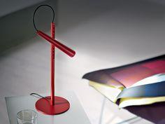 Magneto. Foscarini. Lámpara de sobremesa de luz directa. Difusor con LED incorporado en ABS coloreado en el compuesto de moldeo, vástago giratorio y base en acero pintado con polvos epoxídicos. Diseñador: Giulio Iacchetti. http://www.lamparasoliva.com/lamparas/de-sobremesa/magneto-foscarini.html