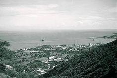 Hermosa panorámica desde lo alto de Maiquetía, hacia el puerto de La Guaira, y algunas escasas edificaciones de sus alrededores. Año de 1930-1939.  Nota: la montaña del lado derecho, pareciese ser, El Cerro Santana.  Colección del fotógrafo alemán, Hanns Tschira.