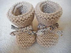 0cf70e550dc05 Articles similaires à Chaussons bébé laine beige avec son petit noeud  liberty étoiles Adelajda beige. sur Etsy