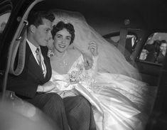 Legenda kina stawała na ślubnym kobiercu ośmiokrotnie. Tylko raz w tradycyjnej, białej sukience. Oto wszystkie kreacje Elizabeth Taylor. Elizabeth Taylor Diamond, Richard Burton Elizabeth Taylor, Burton And Taylor, Elizabeth Taylor Cleopatra, Princess Elizabeth, Wedding People, Wedding Day, Conrad Hilton Jr, Linda Eastman