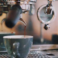 The pour at @kavan_sukky  #acmecups #kavancoffee #acmeforlife (at www.acmecups.com)