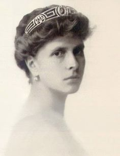 Princess Alice of Greece wearing the Meander Tiara. (Also known as the Greek Key Pattern) The tiara was a wedding gift from Princess Alice to her daughter-in-law, Queen Elizabeth II, who in turn gave it to Princess Anne. Princess Anne's daughter, Zara Phillips, wore this tiara on her wedding day.