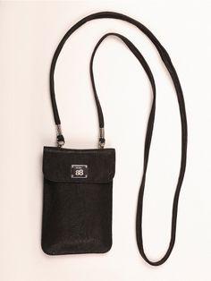 BLACKY   Knitter-Look  Handy- und Smartphonetasche mit abnehmbarem Trageriemen in klassisch schwarz und doch aufregend durch die Crash Optik im feinen Lamm-Nappa. Zeitlos, unkompliziert und sportlich.