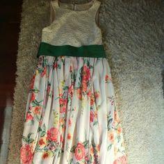 Vestido largo Maggie Sweet. Vestido largo Maggie Sweet de flores con fajín verde,puesto una vez. Talla M.