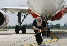 Stärkster Mann der Welt: Der Kanadier Kevin Fast ist 51 Jahre alt und der stärkste Mann der Welt. In Thailand hat er einen neuen Rekord aufgestellt: er zog einen Airbus A320-200 (mit 180 Bordplätzen) 20 Meter weit in 53 Sekunden. Der Flieger wiegt 65 Tonnen. Fast besitzt mehrere Weltrekorde, in Kanada zog er 2009 eine 188,83 Tonnen schwere CC-177 8,8 Meter weit. Mehr Bilder des Tages auf: http://www.nachrichten.at/nachrichten/bilder_des_tages/cme10133,1086872 (Bild: EPA)