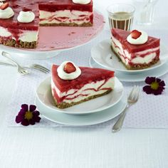 Marmorierte Erdbeer-Frischkäsetorte Rezept | LECKER