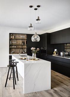 All wood kitchen marble counters 32 Super ideas Modern Farmhouse Kitchens, Black Kitchens, Luxury Kitchens, Kitchen Black, Kitchen Wood, Kitchen Cabinets, Kitchen Countertops, 10x10 Kitchen, Marble Counters