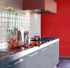 "Peinture teinte ""Rouge Chinois"" finition satin, Gamme Attitude Cuisine et Bains, 45,90 euros les 2L, Ripolin."
