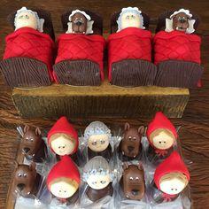 """45 curtidas, 2 comentários - Verinha Bassaroti (@vbcakedesigner) no Instagram: """"Camas de Pão de mel! Bombons decorados! #festachapeuzinhovermelho"""" Christmas Ornaments, Holiday Decor, Instagram Posts, Home Decor, Honey Bread, Red Riding Hood, Tutorials, Party, Beds"""
