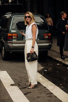 Vogue street-style photographer Jonathan Daniel Pryce captures the best fashion moments at New York Fashion Week. Casual Street Style, New York Fashion Week Street Style, Cool Street Fashion, Street Chic, 90s Fashion, Spring Fashion, Fashion Outfits, Fashion Tips, Fashion Design