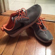 NIKE Roche Run Gently worn, great condition. Men's 7, fits women 8.5 Nike Shoes Sneakers