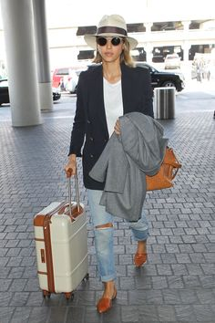 44 Times Jessica Alba's Outfit Was No Match For a Long Plane Ride - Jessica Alba Travel Style - Jessica Alba Outfit, Jessica Alba Style, Winter Outfits, Summer Outfits, Travel Outfit Summer, Travel Outfits, Airport Style, Look Chic, Mode Outfits