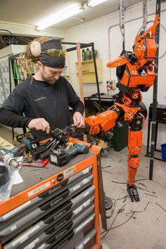 A practical orange prototype droid under construction at Weta Workshop. Robots Characters, Arte Robot, Robot Arm, Robot Concept Art, Robot Design, Mechanical Design, 3d Prints, Future Tech, Arduino