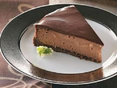 Chocolate-Topped Chocolate Cheesecake Recipe -Lori Coulthard of Laramie, Wyoming sent in the recipe for this luscious cheesecake with a hint of almond in the creamy chocolate filling. Yummy Treats, Sweet Treats, Yummy Food, Just Desserts, Dessert Recipes, Drink Recipes, Chocolate Cheesecake Recipes, Chocolate Cheescake, Chocolate Topping