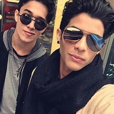 Read joel y erick ❤❤ from the story CNCO fotos💞 by LucaPatrn (❤Cncowner❤Criaturita ❤) with 617 reads. Round Sunglasses, Mirrored Sunglasses, Mens Sunglasses, Love You Papa, Memes Cnco, Fan, Perfect Man, My Boyfriend, Celebrity Crush