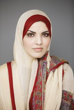 """""""Deze komt uit Mekka. Mijn tante kreeg hem van de moeder van de vrouw van mijn oom. Mijn tante gaf hem via mijn moeder aan mij: """"Voor de dunne dochter van Saida.""""  #hoofddoek #hijab  http://www.hoofdboek.com/"""