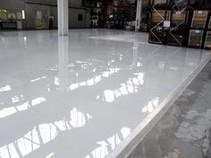 Pavimento in resina con caratteristiche antiscivolo, uniforme e privo di fughe con base monocromatica