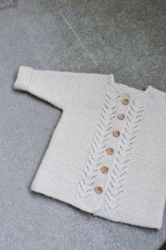 Lene Holme Samsøe - She Makes - Diy Crafts - maallure Diy Crafts Knitting, Knitting For Kids, Baby Knitting Patterns, Crochet For Kids, Free Knitting, Baby Barn, Knitted Baby Cardigan, Sewing Basics, Diy Shirt