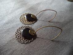 Boucles d'oreilles bronze avec sequin émaillé noir et estampe bronze : Boucles d'oreille par plumecreative