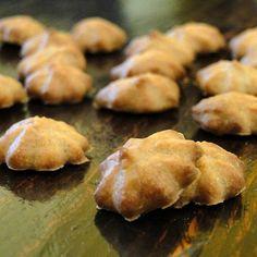 Mini friandises pour chiens, Cacahuète. Le beurre de cacahuètes crues est un bon additif plein de vitamines - et les chiens adores !