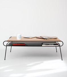 Mesa de centro de hierro lacado negro y madera de por Habitables