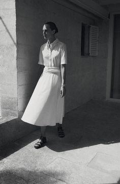 Hermès - Vestiaire d'été 2015. Shirt dress in cotton poplin, sandals in calfskin, Mors de bride bracelet in silver. #hermes #hermesfemme #womenswear #fashion