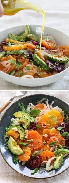 ensalada campera, aguacate, naranja, tomates secos y cebolla
