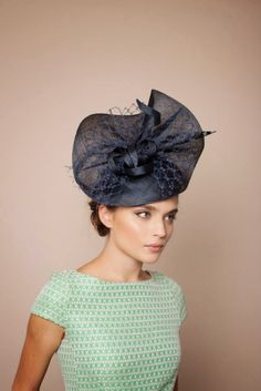 Tocados Gina Foster Millinery, S/S 2015 - Molini. Millinery Hats, Fascinator Hats, Fascinators, Headpieces, Large Feathers, Church Hats, Fancy Hats, Wedding Hats, Love Hat