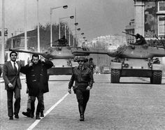 Prisão do Major Pato Anselmo-Av.Ribeira das Naus-Lisboa, 25 de Abril de 1974, Eduardo Gageiro Portugal, Army Men, Portuguese, Restoration, Nostalgia, 1, Fire, Old Pictures, Liberty