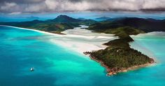La magia de Queensland.  Uno de los destinos vacacionales favoritos de muchos australianos y es que para qué moverse de casa si ya tienes el paraíso en ella.  Fot.: Bruce Hood #isla #island #oceano #ocean #barco #ship #arena #sand #panoramica #panoramic #queensland #whitsundays #pano #australia