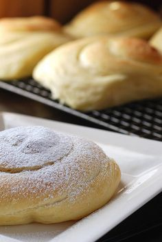 Pan de Mallorca / Mallorcan Sweet Rolls Had Pan de Mallorca in Puerto Rico and found a new favorite sweet bread. Delicious Desserts, Dessert Recipes, Yummy Food, Mallorca Bread, Filet Mignon Chorizo, Tapas, Boricua Recipes, Spanish Desserts, Spanish Food
