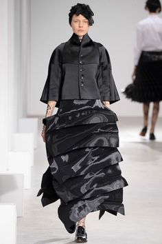 Junya Watanabe - Fall 2015 Ready-to-Wear - Look 5 of 46 Punk Fashion, Fashion Art, Fashion Design, Paris Fashion, Fashion Shows 2015, Black Wardrobe, Junya Watanabe, Sculptural Fashion, Comme Des Garcons