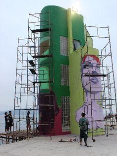 """Maior mural de grafite da Baixada Santista terá 14 metros. O projeto """"Mural da Torre"""" visa difundir a cultura e a arte de rua entre os moradores e turistas que visitam o local. A iniciativa conta com o apoio da Prefeitura de Santos, e a obra é feita pelos grafiteiros Pesado Dub, Shesko, Colante, Thago, Beto Crash, Nando e Twosan. Os artistas são das cidades de Santos, Guarujá e Praia Grande."""