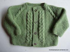 Materiales: Lana acrílica Gacela, 100g, (sobra un poco), agujas 3 mm, preferible aguja flexible, para tricotar la pieza entera, sin costuras. Punto empleado: siempre todo al derecho, excepto en las… Baby Cardigan, Knit Cardigan, Bebe Baby, Baby Knitting, Knitting Charts, Knitting For Kids, Knitting Patterns, 6 Months, Men Sweater