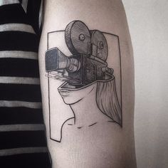 Trabalho por Farfalla Ink! #FarfallaInk #tatuadorasbrasileiras #Brasil #SãoPaulo #TattooBr #blackwork #fineline #linework #camera #oldcamera #woman #mulher