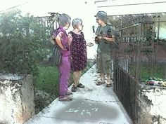 Susú nos recibe en su casa arrojando pétalos de rosas blancas a nuestros pies. Bendiciones en Memorias de un mapa.