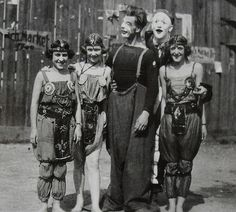 men and women of circus in makeup and costume vintage photo Vintage Circus Performers, Vintage Circus Photos, Vintage Circus Costume, Photo Vintage, Vintage Photographs, Vintage Halloween, Vintage Costumes, Top Vintage, Halloween Stuff