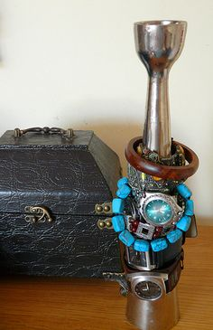 Utilisez un vieux chandelier de tenir bracelets.   51 Insanely Easy Ways To Transform Your Everyday Things