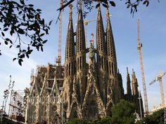 La Sagrada Família est une basilique mineure catholique de Barcelone. C'est un des emblèmes de la ville. Cet ouvrage est signé par Gaudi. Il n'a malheureusement pas pu l'achever. Il a tout de même eu le temps d'y placer des symboles assez particuliers qui ont fait polémiquer durant plus d'un siècle. Cet édifice a été déclaré patrimoine de l'humanité par l'Unesco en 2005 et attire plus de 3 millions de visiteurs par an.