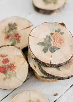 Botanical Wood Slice Craft Tutorial featured on Ella Claire decoupage or transfer Diy Projects To Try, Wood Projects, Woodworking Projects, Craft Projects, Weekend Projects, Fine Woodworking, Upcycling Projects, Project Ideas, Woodworking Techniques