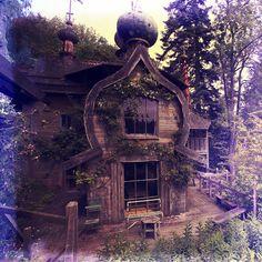 Looks like a fairytale house Abandoned Buildings, Abandoned Mansions, Old Buildings, Abandoned Places, Beautiful Homes, Beautiful Places, Fairytale House, Haunted Places, Little Houses