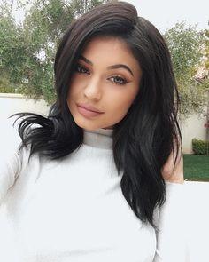 """Celebrytka Kylie Jennerznów zdecydowała się na zmianę wyglądu i pochwaliła się na Instagramie nową fryzurą. Najmłodsza """"kardashianka"""" właśnie zaprezentowała na swoimInstagramie nową fryzurę w kolorze głębokiego granatu.Jenner nie tylko przefarbowała włosy, ale też je przedłużyła. navy  @tokyostylez @makeupbyariel A photo posted by King Kylie (@kyliejenner) on Mar 11, 2016 at 5:22pm PST midnight blue"""