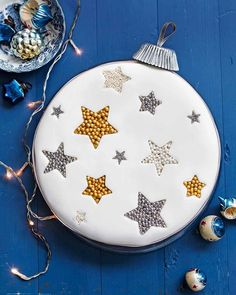 christmas cake Frances Quinns easy step-by-step guide to creating a Christmas showstopper its a guaranteed way to impress your guests. Christmas Cake Designs, Christmas Cake Decorations, Christmas Cupcakes, Holiday Cakes, Christmas Desserts, Christmas Treats, Christmas Foods, Xmas Cakes, Christmas Recipes