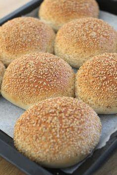 pikku murusia: Täydelliset hampurilaissämpylät Savoury Baking, Bread Baking, Bread Recipes, Vegan Recipes, Yams, Daily Bread, Food Inspiration, Brunch, Goodies