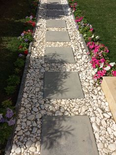 Front Yard Garden Design 74 Cheap And Easy Simple Front Yard Landscaping Ideas Front Yard Walkway, Small Front Yard Landscaping, Driveway Entrance, Front Yard Ideas, Front Porch, Rock Driveway, Diy Driveway, Driveway Ideas, Diy Garden
