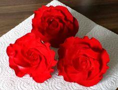 Rote Rosen hat uns Monique gezaubert.  Wer noch nicht so geübt ist wie sie, der kann auf den The Easiest Rose Ever Ausstecher zurückgreifen. Damit fertigt Ihr quasi im Handumdrehen zuckersüße Rosen. (Videolink beim Artikel)  http://www.pati-versand.de/Zubehoer/Ausstecher/Sets/Rosenausstecher-The-Easiest-Rose-Ever::4554.html?utm_source=Facebook&utm_medium=Post&utm_campaign=FBTheEasiestRoseEver