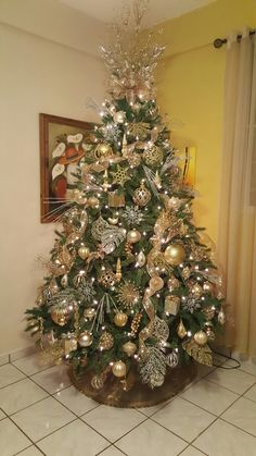 30 Golden Christmas Tree Ideas that Expresses Opulence & Elegance - Hike n Dip - - Gold is a popular Christmas Decoration color. Here are some beautiful Golden Christmas Tree Ideas that would look extremely elegant in your home. Elegant Christmas Trees, Red And Gold Christmas Tree, Flocked Christmas Trees, Ribbon On Christmas Tree, Christmas Tree Design, Christmas Tree Themes, Christmas Centerpieces, Christmas Tree Toppers, Peacock Christmas Tree